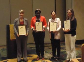"""Las consejeras capitulares de las Universidades de Truman State, Texas Tech, Florida State y Azusa Pacific con los Premios Octavio Paz, otorgados cada tres años a los capítulos que ganan el reconocimiento de """"Honor y Mérito"""" anualmente por un trienio completo."""