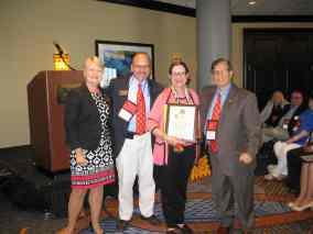 La Dra. Nancy Kason Poulson (con placa) de Florida Atlantic University al recibir el Premio Ignacio y Sophie Galbis por parte de su capítulo.