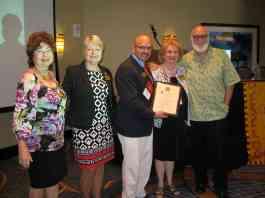 La Dra. Emily Spinelli (a la derecha), Directora Ejecutiva de la AATSP, al ser nombrada Presidenta Honoraria de Sigma Delta Pi.