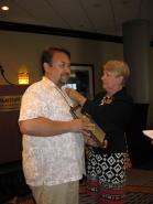 Sergio Guzmán, Miembro del Consejo de Directores de la AATSP, al ser iniciado como socio honorario de Sigma Delta Pi .