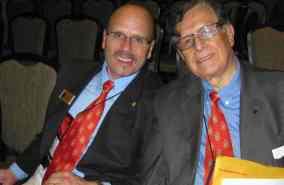 El Dr. Mark P. Del Mastro (izquierda), Director Ejecutivo de Sigma Delta Pi, con el Dr. Germán D. Carrillo, Presidente Emérito de Sigma Delta Pi.