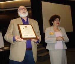Los Drs. Gerardo Piña-Rosales y Domnita Dumitrescu al ser instalados como Presidentes Honorarios de Sigma Delta Pi.