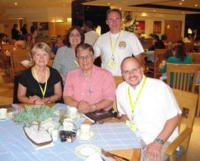 Los miembros del Consejo Ejecutivo durante su desayuno-reunión el 12 de julio en el hotel.