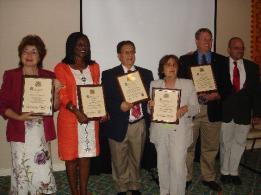 El Secretario Del Mastro (a la derecha) con los galardonados de la Asamblea Trienal.