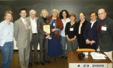 Con colegas y amigos, la Profesora Roberta Johnson (centro con la placa) después de ser iniciada en la Orden de Don Quijote por el Presidente Nacional, Germán D. Carrillo, y el Secretario Ejecutivo-Tesorero, Mark P. Del Mastro (los dos a la derecha) durante la Kentucky Foreign Language Conference el 23 de abril de 2005.
