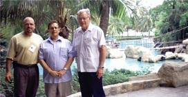 El Secretario Ejecutivo-Tesorero Del Mastro, el Presidente Germán D. Carrillo (centro) y el el Presidente Emérito John H. LaPrade en el hotel.