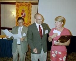 El Secretario Del Mastro (centro) felicita a la Profesora Lucy F. Lee de Truman State University, galardonada del Premio José Martel.