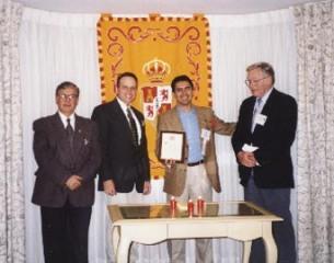 El Dr. Diego del Corral (con la placa) después de ser iniciado como Socio Honorario de Sigma Delta Pi por los miembros del Comité Ejecutivo: el Presidente Germán D. Carrillo, el Secretario Ejecutivo-Tesorero Del Mastro y el Ex Presidente LaPrade.