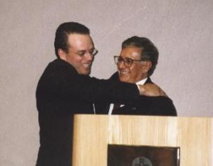 El Presidente Carrillo abraza al Secretario Ejecutivo Del Mastro al iniciar a éste en la Orden de los Descubridores. El Presidente Germán D. Carrillo felicita al Secretario Ejecutivo Del Mastro después de iniciar a éste en la Orden de los Descubridores.