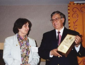 Doña Marie-Lise Gazarian de St. John's University es nombrada Socia de la Orden de Don Quijote. El Presidente Germán D. Carrillo nombra a la Profesora Marie-Lise Gazarian como Socia de la Orden de Don Quijote.