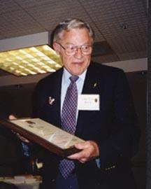 El Ex Presidente John H. LaPrade al ser nombrado Presidente Emérito de Sigma Delta Pi. El Ex Presidente LaPrade enseña su placa al ser nombrado Presidente Emérito de la Sociedad Nacional Honoraria Hispánica.