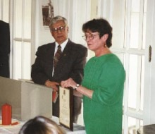 Al recibir la placa conmemorativa del Presidente Carrillo, la Profesora Hamel se dirige a los asistentes de la ceremonia.