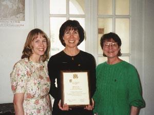 Las Profesoras Krueger, McClean y Hamel (Consejera Capitular) con la placa conmemorativa de Alpha de Wyoming.