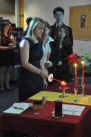 Una neófita enciende su vela durante la ceremonia.