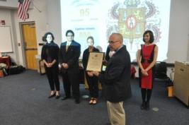 El Dr. Del Mastro, Director Ejecutivo, presenta la placa conmemorativa de la instalación de Alpha Alpha Alpha a los oficiales y consejeras capitulares.