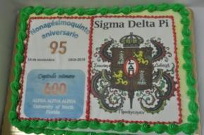 La torta conmemorativa de la fundación del Capítulo Alpha Alpha Alpha.